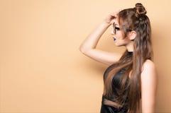 Mooie jonge vrouw in glazen Royalty-vrije Stock Foto's