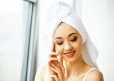 Mooie jonge vrouw in handdoek allen klaar om kuuroordbehandeling te krijgen G Royalty-vrije Stock Foto's