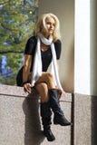 Mooie jonge vrouw in herfststad stock foto's