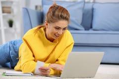 Mooie jonge vrouw het berekenen belastingen royalty-vrije stock afbeeldingen