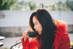 Mooie jonge vrouw het drinken koffie stock foto's
