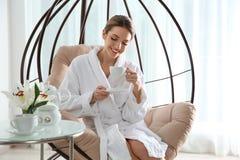 Mooie jonge vrouw het drinken thee royalty-vrije stock afbeeldingen