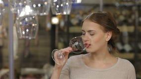 Mooie jonge vrouw het drinken wijn stock video