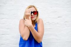 Mooie jonge vrouw het letten op film met 3D glazen, het opwekken holdingshanden Stock Foto