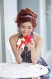 Mooie jonge vrouw het openen giftdoos Stock Afbeelding