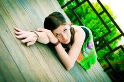 Mooie jonge vrouw in het openlucht plaatsen Royalty-vrije Stock Fotografie