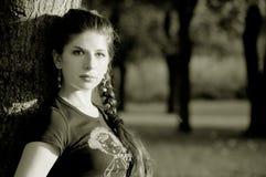 Mooie jonge vrouw in het openlucht plaatsen Stock Afbeelding