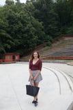 Mooie jonge vrouw in het openluchttheater Stock Foto's