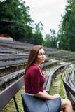 Mooie jonge vrouw in het openluchttheater glimlachen Stock Afbeelding