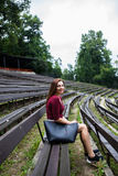 Mooie jonge vrouw in het openluchttheater glimlachen Royalty-vrije Stock Fotografie