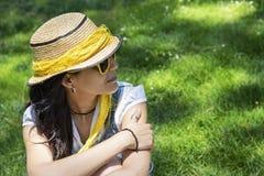 Mooie jonge vrouw in het park royalty-vrije stock foto's