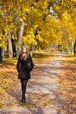Mooie jonge vrouw in het park Stock Afbeeldingen