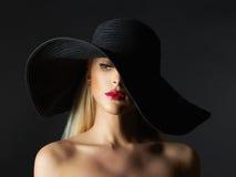 Mooie jonge vrouw in hoed Royalty-vrije Stock Afbeeldingen