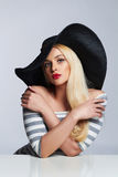 Mooie jonge vrouw in hoed de schoonheids blond meisje van de de zomermanier Stock Afbeelding
