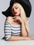 Mooie jonge vrouw in hoed de schoonheids blond meisje van de de zomermanier Royalty-vrije Stock Afbeeldingen