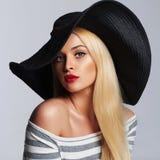 Mooie jonge vrouw in hoed het blonde meisje van de de zomermanier Stock Foto