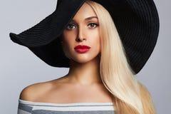 Mooie jonge vrouw in hoed het blonde meisje van de de zomermanier Stock Afbeelding
