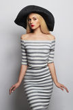 Mooie jonge vrouw in hoed het meisje van de de zomermanier in in gestreepte kleding Royalty-vrije Stock Afbeelding