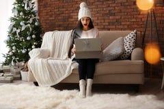 Mooie jonge vrouw in hoed het openen giftdoos royalty-vrije stock foto's