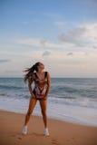 Mooie jonge vrouw in jumpsuit met tijgerdruk Stock Foto's