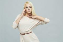 Mooie jonge vrouw in kleding blond meisjesmodel met sterk gezond haar Royalty-vrije Stock Foto's