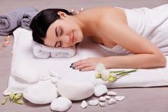 Mooie, jonge vrouw in kuuroordsalon Massagebehandeling royalty-vrije stock foto's