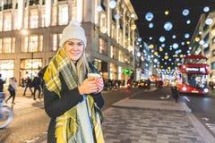 Mooie jonge vrouw in Londen op de winter stock foto's