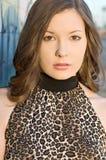 Mooie jonge vrouw in luipaardaf:drukken bovenkant Stock Afbeeldingen