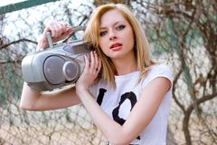 Mooie jonge vrouw met bandrecorder in openlucht royalty-vrije stock afbeeldingen