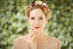 Mooie jonge vrouw met bloemenkroon in haar stock fotografie