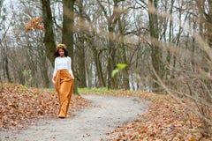 Mooie jonge vrouw met bloemkroon in openlucht in het de herfstbos royalty-vrije stock foto