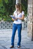 Mooie jonge vrouw met boeken en bloem stock afbeeldingen