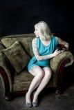 Mooie Jonge Vrouw met Bruin en Blond Zwart Co van de Haarholding stock fotografie