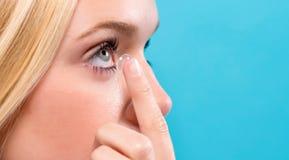 Mooie jonge vrouw met contactlens Stock Foto