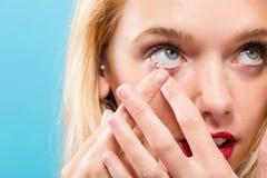 Mooie jonge vrouw met contactlens Stock Afbeelding