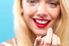 Mooie jonge vrouw met contactlens Stock Fotografie