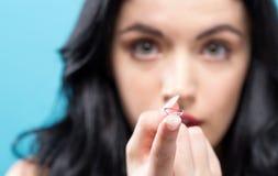 Mooie jonge vrouw met contactlens Stock Afbeeldingen