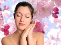 Mooie jonge vrouw met de achtergrond van de de lentebloem Royalty-vrije Stock Foto
