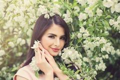 Mooie jonge vrouw met de lentebloemen royalty-vrije stock afbeelding