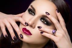 Mooie jonge vrouw met donkere make-up Royalty-vrije Stock Foto