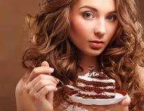 Mooie jonge vrouw met een cake royalty-vrije stock foto's