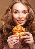Mooie jonge vrouw met een cake royalty-vrije stock fotografie