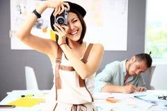 Mooie jonge vrouw met een camera stock foto