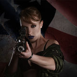 Mooie jonge vrouw met een geweer Stock Afbeeldingen