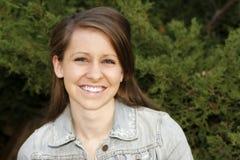 Mooie Jonge Vrouw met een Grote Glimlach Stock Foto's