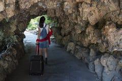 Mooie jonge vrouw met een koffer royalty-vrije stock afbeeldingen