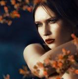 Mooie jonge vrouw met een nadenkende starende blik Stock Afbeelding