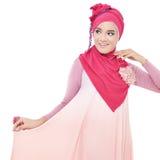 Mooie jonge vrouw met een roze hijab Stock Foto's