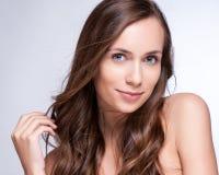 Mooie jonge vrouw met elegant lang glanzend haar Stock Foto's