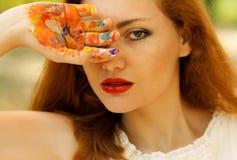 Mooie jonge vrouw met geschilderde hand Royalty-vrije Stock Foto